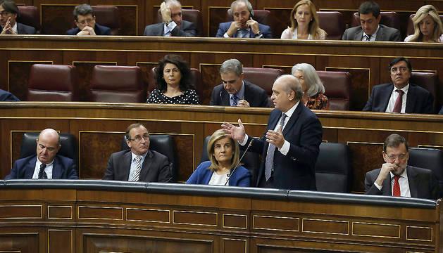 El ministro del Interior, Jorge Fernández Díaz (2d), junto al presidente del Gobierno, Mariano Rajoy (d), durante su intervención en el Congreso.