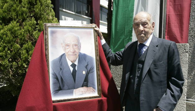 MAESTRO MEXICANO CELEBRA SUS 100 AÑOS EN SU PUESTO DE TRABAJO