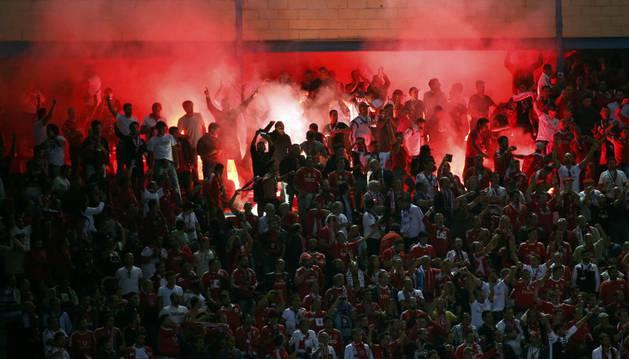 Aficionados del Benfica, con una bengala.