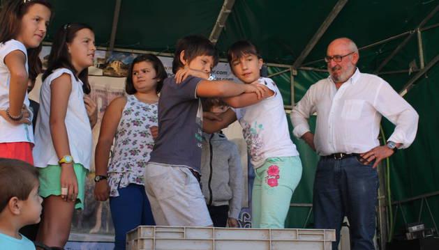 Niños pisando uva ante el alcalde, Ignacio Iriarte Marco.