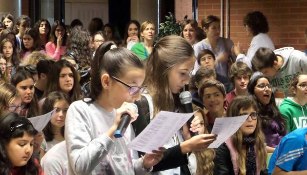 Dos alumnas cantan durante el concurso de karaoke celebrado en el IES Valle del Ebro.