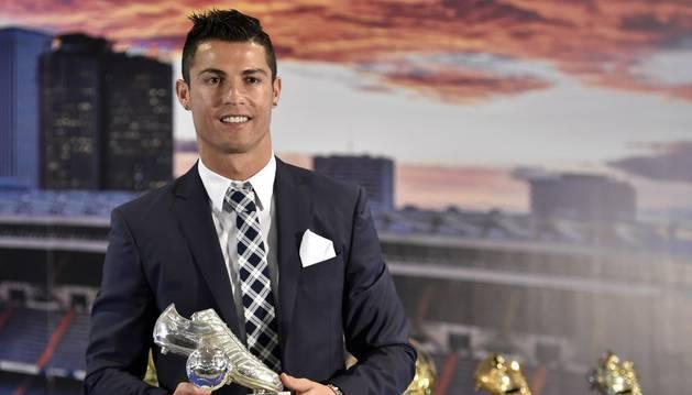 Cristiano recibió un galardón por sus 323 goles.