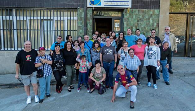 Hospitaleros, familias y voluntarios en la clausura del albergue.