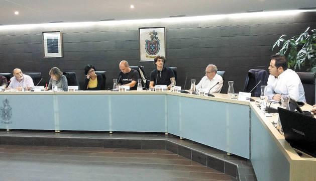Txema Noval (a la izquierda) llamando al orden al concejal socialista Ramón Alzórriz.