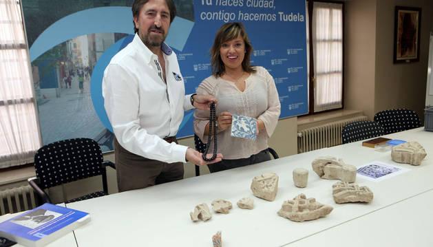 Juanjo Bienes y Silvia Cepas muestran algunas piezas halladas en el segundo taller.