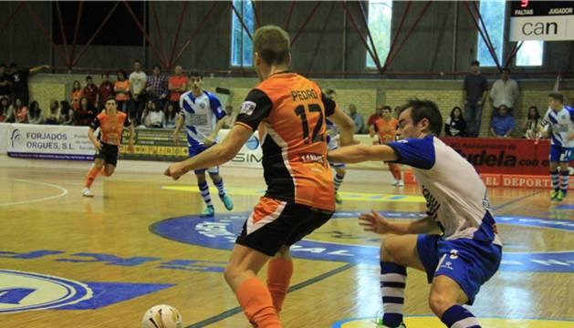 Pedro protege el balón ante la presión de un rival.
