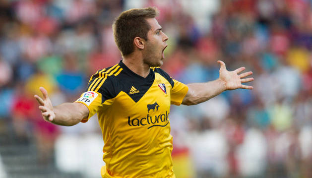 Pucko celebra un gol con Osasuna.