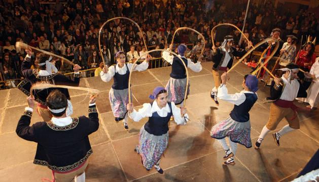 Los danzaris de Mendianike bailan ante el público que llenó la plaza de Ablitas.