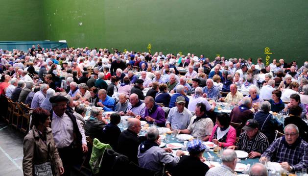 Alrededor de 500 personas acudieron a la comida en el frontón de Bera.