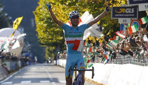 Nibali entra victorioso en meta.