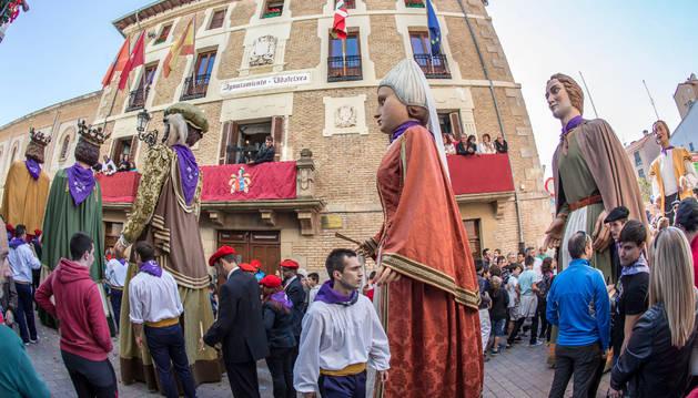 Los gigantes de la comparsa, indiscutibles protagonistas en la apertura de las fiestas de Villava.