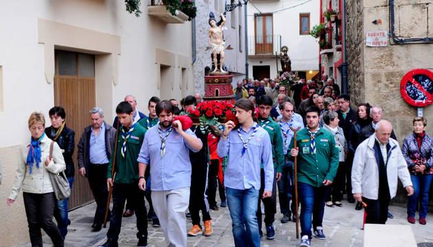 Más de 400 personas acompañan en procesión al patrón de Tafalla