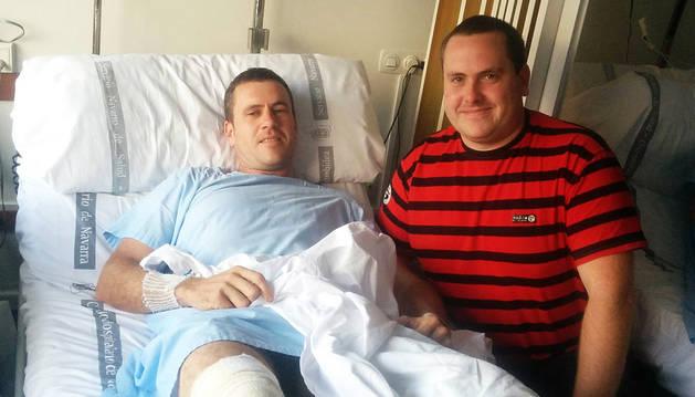 El herido, Juan Mari Ezkurra Baleztena, de 39 años, junto a su hermano Zorion.