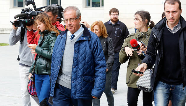 Ángel Vizcay abandona el Palacio de Justicia tras prestar declaración ante el juez.