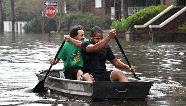 Al menos cinco personas perdieron la vida desde el viernes debido a las inundaciones en el estado de Carolina del Sur. Numerosos colegios y universidades, así como oficinas públicas, permanecen cerrados este lunes.