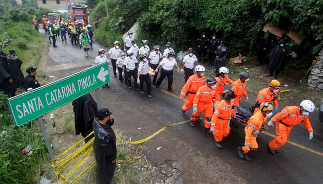 El equipo de rescate transporta los cuerpos de las víctimas.