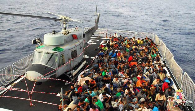 Parte de los inmigrantes rescatados el domingo en Catania.
