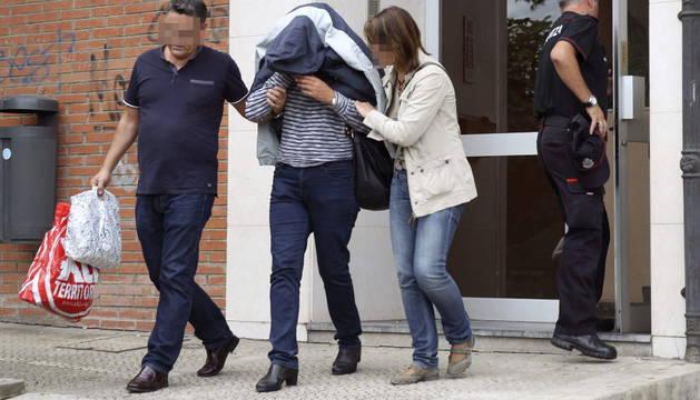 La madre del presunto asesino sale de la vivienda en el barrio de Astrabudua.