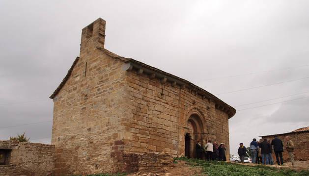 Aspecto que presenta el templo tras la restauración, que conllevó además derribar la antigua casa anexa a la pared de la espadaña.