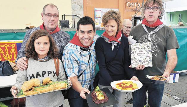 Los ganadores de los premios y algún familiar posan con sus platos.