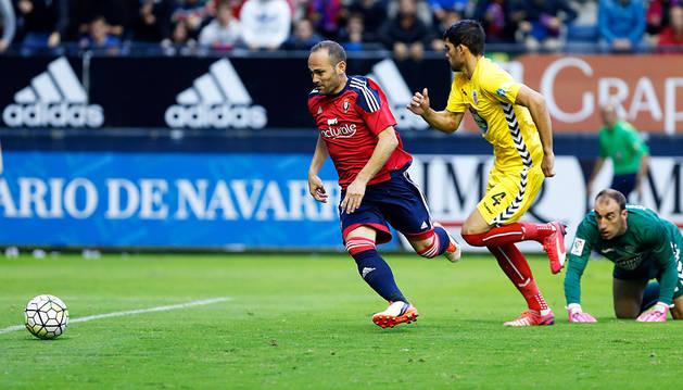 Nino se dispone a marcar el cuarto gol de Osasuna al Lugo.