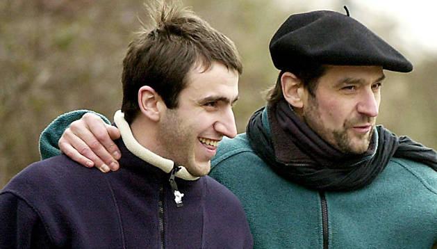 Egoitz Urrutikoetxea acompañado de su padre, 'Josu Ternera'.