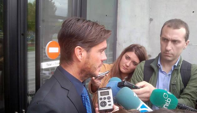 Diego Maquirriain, exdirector de la Fundación Osasuna, atiende a los medios a su salida.