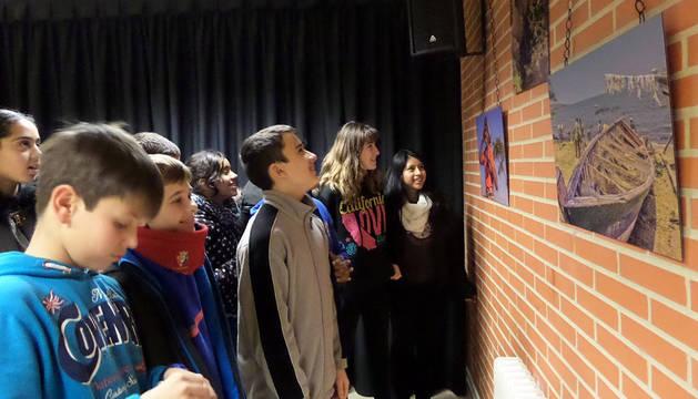 Jóvenes ven una muestra de la edición anterior del ciclo.