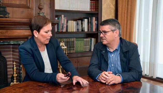 Uxue Barkos, y el alcalde de Sangüesa, Ángel Navallas.