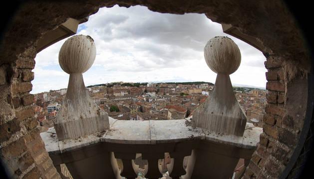 Imagen panorámica del casco urbano de Tudela desde uno de los balcones de la torre del campanario de la Catedral.
