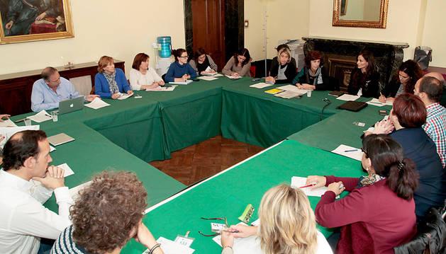 Representantes de colectivos de comerciantes y grupos municipales reunidos ayer en la mesa de Comercio.