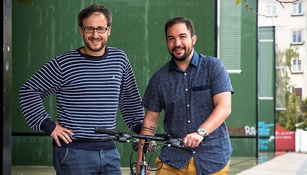 Andrés Salaberri (izquierda) y Dani Burgui, en los frontones de la Rochapea, esta semana.