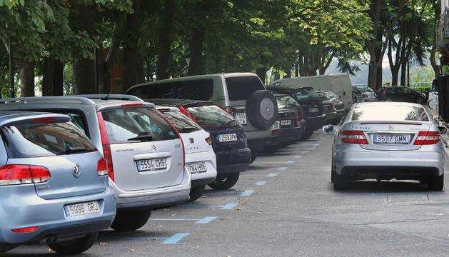 Un conductor busca un hueco para aparcar en la calle Arrieta.