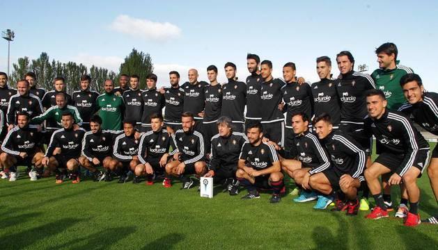 Martín ofreció el trofeo a sus jugadores.