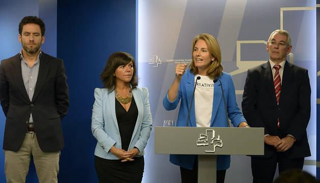 La presidenta del PP de Euskadi, Arantza Quiroga (2d), junto a (2i); Borja Sémper (i), y el parlamentario Antón Damborenea.