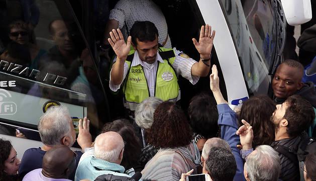 Cientos de pasajeros se agolpaban esta mañana en la estación de Sants de Barcelona para coger alguno de los autobuses habilitados por RENFE.