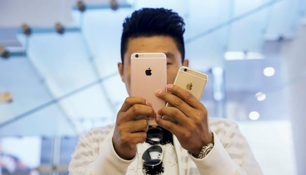 Una persona toma una foto con el iPhone 6s y 6s Plus.