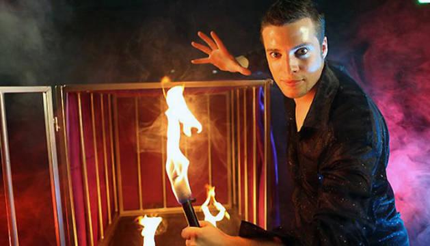 El mago Sun nación en Vitoria en 1984 y está especializado en 'grandes ilusiones'.