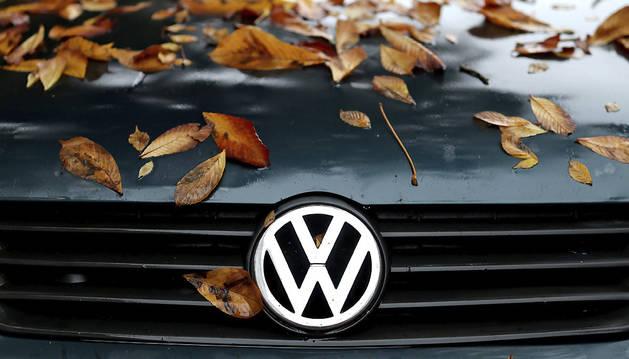 Varias hojas caídas decoran el capó de un Volkswagen Polo en Leipzig (Alemania).
