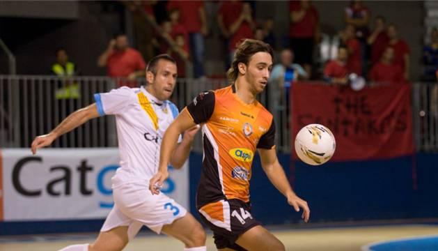 Manu García, autor de uno de los goles del Aspil-Vidal Ribera Navarra, perseguido por Fabián.