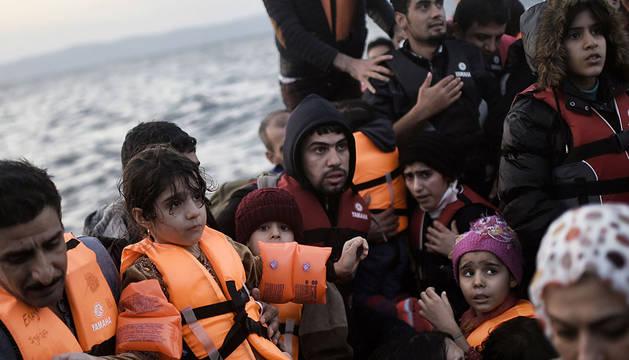Un grupo de inmigrantes llega en patera a la isla de Lesbos.