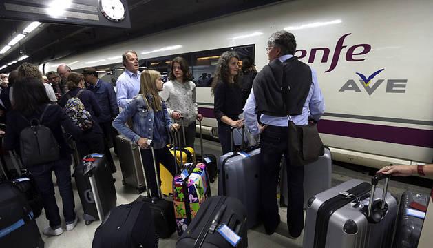 Cientos de pasajeros agolpados en la estación de Sants de Barcelona.