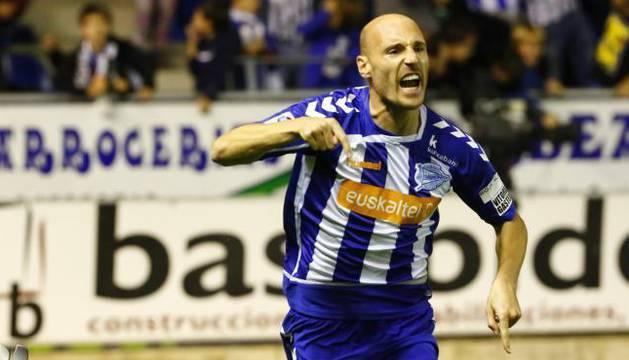 Toquero celebra el 1-0 del Alavés.
