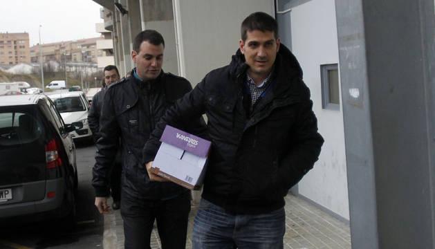 Germán Urabayen (izda), entregando firmas en el club con Zulet.