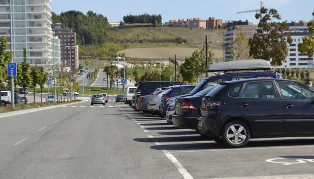 Un vehículo circulando por la calle Cataluña.