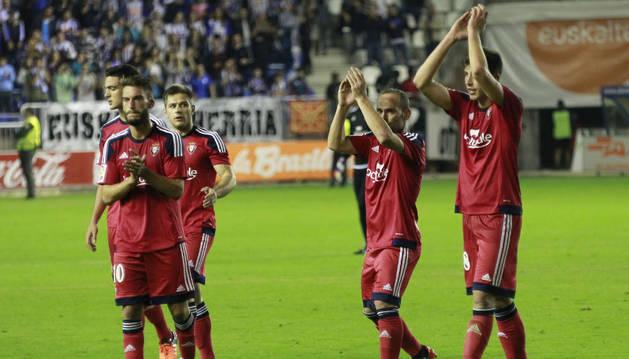 Los jugadores de Osasuna aplauden a la afición.
