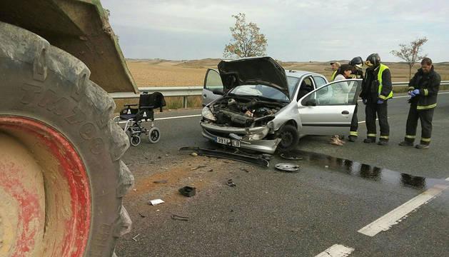 Una herida grave al colisionar su coche con un tractor en Larraga