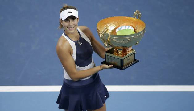 Muguruza, con su trofeo de Pekín.