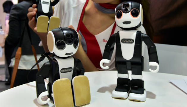 Presentación del móvil-robot RoBoHon de Sharp.