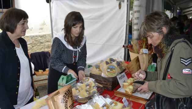 Isabel Ruiz de Larramendi y su hija, María Aguirre, vendieron los quesos que fabrican en la quesería familiar.